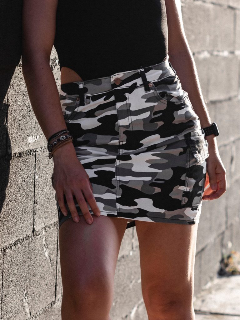 Body negro y falda camuflaje